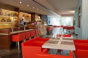 A restaurant or other place to eat at Le Dune Suite Hotel