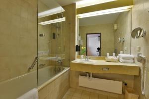 A bathroom at Carathotel Basel/Weil am Rhein