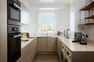 A kitchen or kitchenette at Cheval Gloucester Park at Kensington