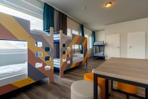Ein Etagenbett oder Etagenbetten in einem Zimmer der Unterkunft a&o Graz Hauptbahnhof
