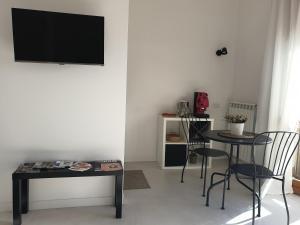 A television and/or entertainment centre at Oasi al centro con parcheggio