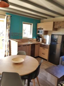 A kitchen or kitchenette at Camping Calme et Nature