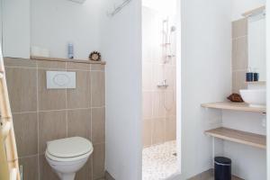 A bathroom at Maison d'hôtes L'îlot bambou