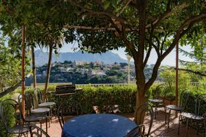 A restaurant or other place to eat at Ravello View