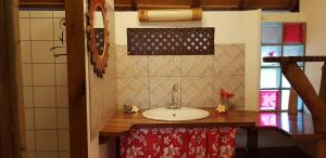 Um banheiro em La Pirogue chez l'Happy qui chante