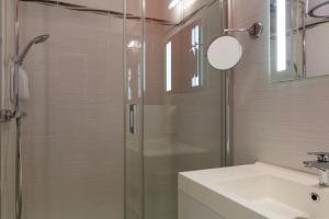 A bathroom at Hôtel Central Parc Oyonnax
