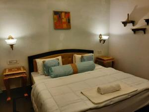 A bed or beds in a room at Hotel Bundi House