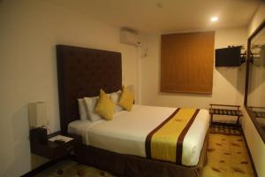 A bed or beds in a room at City Hotel Colombo 02
