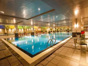 Piscine de l'établissement FM7 Resort Hotel - Jakarta Airport ou située à proximité