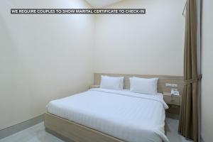 A bed or beds in a room at Hotel Cantik Syari