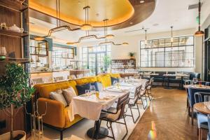 A restaurant or other place to eat at Kimpton La Peer Hotel, an IHG Hotel