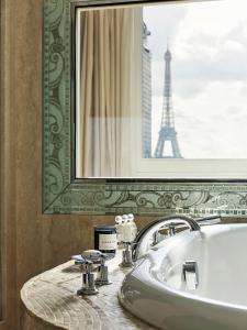 A bathroom at Hôtel Plaza Athénée - Dorchester Collection