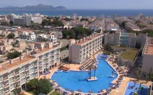 Ett flygfoto av ALEGRIA Alzinar Mar Suites Adults Recomended