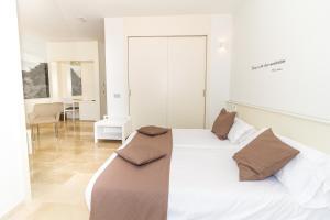 Säng eller sängar i ett rum på ALEGRIA Alzinar Mar Suites Adults Recomended