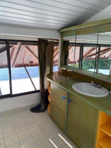 Um banheiro em Magnifique maison bord de lagon