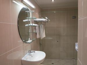 A bathroom at Shangri-La Gardens