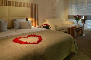 A bed or beds in a room at Parkhotel Oberhausen