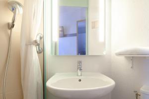 A bathroom at B&B Hôtel MAUREPAS
