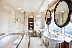 A bathroom at Hotel Okura Amsterdam – The Leading Hotels of the World