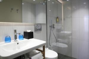 A bathroom at Best Western Plus Hôtel La Joliette