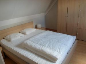 Ein Bett oder Betten in einem Zimmer der Unterkunft Huisjes aan zee