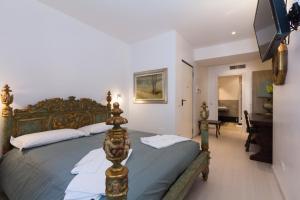 A bed or beds in a room at La Locanda Del Pino