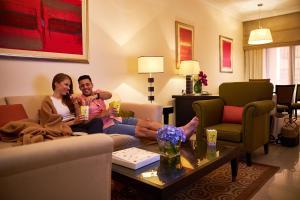 A seating area at Mercure Hotel Apartments Dubai Barsha Heights