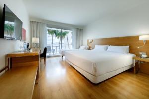 A bed or beds in a room at Hesperia Ciudad de Mallorca