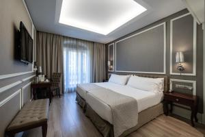 A bed or beds in a room at Catalonia Passeig de Gràcia 4* Sup