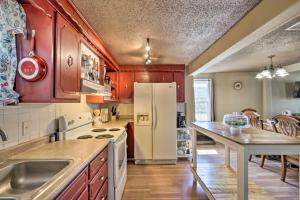 A kitchen or kitchenette at Cobblestone Cottage 10 Mi to Pomme de Terre!