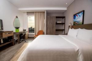 A bed or beds in a room at Hampton By Hilton Lima San Isidro