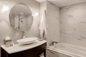Ванная комната в Le Saint-Sulpice Hotel Montreal