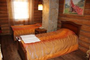 """Кровать или кровати в номере Отель """"Глухариный Дом"""""""