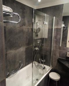 A bathroom at Eden Hotel Wolff