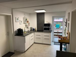 A kitchen or kitchenette at Das kleine Schwarze