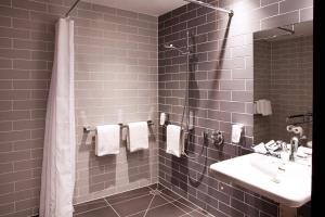 A bathroom at Holiday Inn Express - Mülheim - Ruhr, an IHG Hotel
