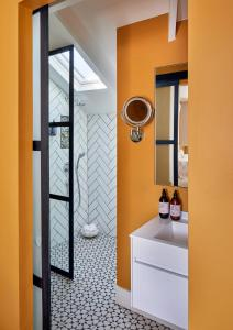A bathroom at Pineapple House Boutique Hotel