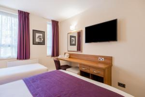 A television and/or entertainment center at Quality Hotel Hampstead