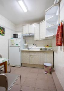 Кухня или мини-кухня в Karmen