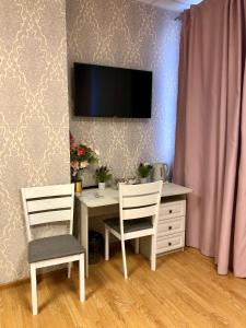 A television and/or entertainment center at Flori hotel