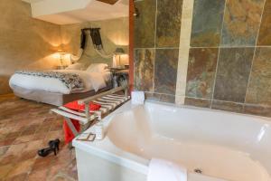 A bathroom at Hôtel-Spa Le Saint Cirq