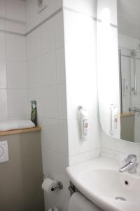 A bathroom at ibis Paris Avenue d'Italie 13ème
