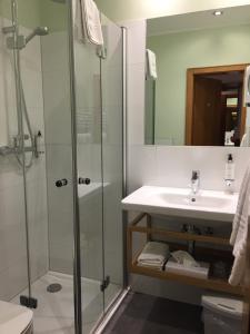 A bathroom at Hotel Hesborner Kuckuck