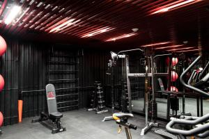 The fitness centre and/or fitness facilities at Radisson Red Miraflores