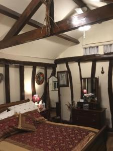 A bed or beds in a room at Ivy Todd cottage
