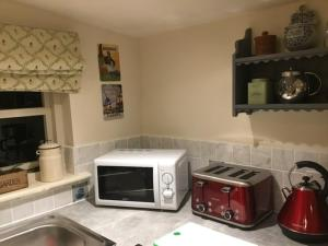 A kitchen or kitchenette at Ivy Todd cottage
