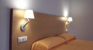 A bed or beds in a room at Hotel Windsor