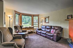 A seating area at Cozy Home with Deck and Mountain Views, Walk to Casinos