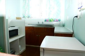 A kitchen or kitchenette at Gina's Garden Lodges