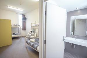 A bathroom at Sydney Harbour YHA